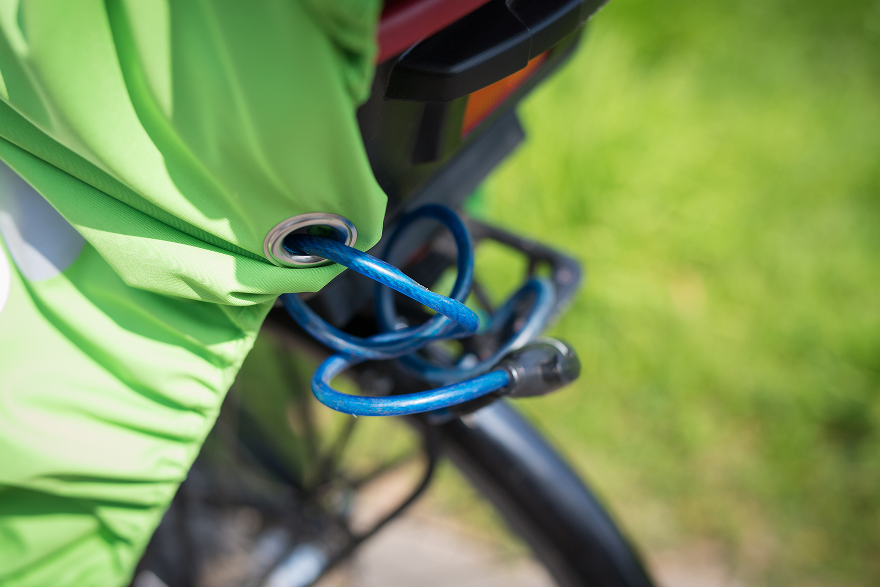 how to lock the WichtelWarm cape with bike lock to protect against theft